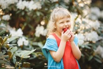 портрет девочки с клубникой на фоне рододендронов в Бабите.