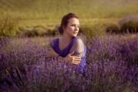 Женский портрет на лавандовом поле