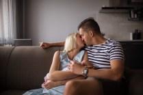 Папа и мама целуются. Домашняя фотосессия. Портрет.
