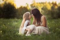 Нежное фото мамы с дочкой на природе. Портрет.