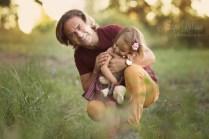Папа с двухгодовалой дочкой на природе. Портрет.