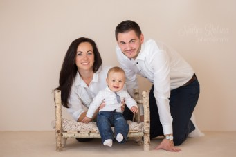 Счастливая семья в фотостудии на фотосессии. Семейный фотограф в Риге Надя Рубина.