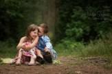 Портрет брата и сестры на природе в лесу.