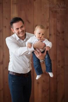 Папа с маленьким сыном в фотостудии в Риге.