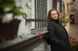 Портрет девушки у окон старого города Риги.
