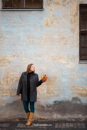 Девушка на фоне старого дома. Старая Рига.