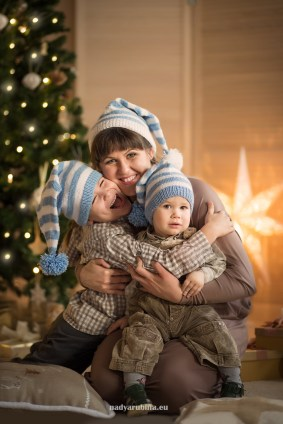 fun-family-portrait-christmas-photo-studio-riga