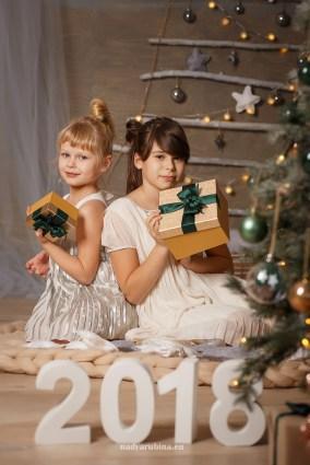 Новогодняя фотосессия 2018, сестрички с подарками