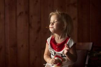 ziemassvetki-meitene-berns-jautrs-portrets-studija