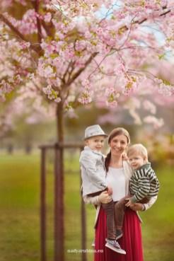 Семья: мама и сыновья на фоне цветущей Сакуры в Риге. Фотограф Надя Рубина