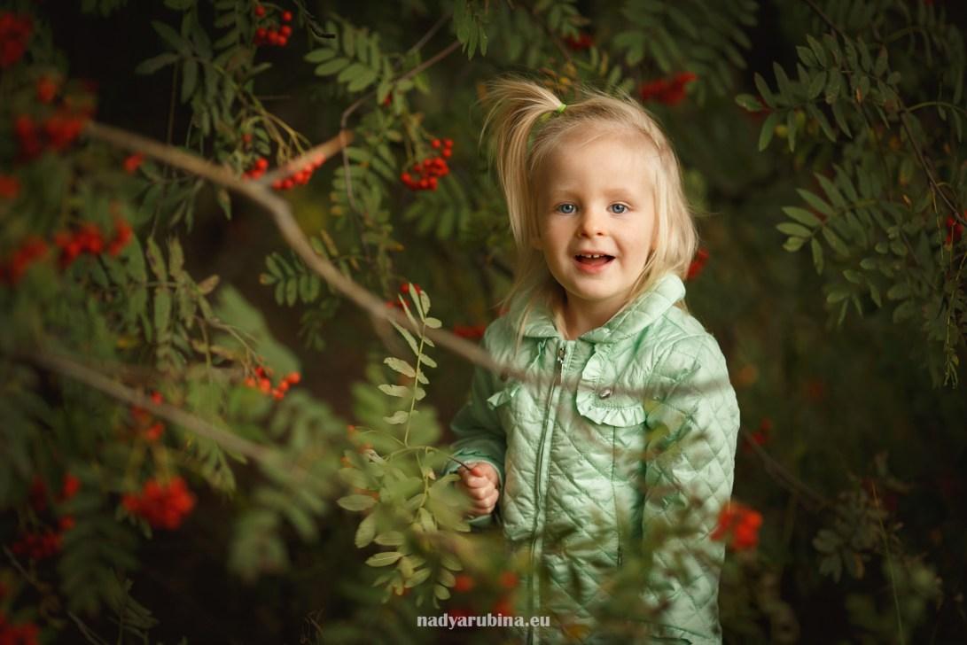 Bērnu fotosesija dabā ar piladzi. Ģimenes fotogrāfe Nadija Rubina.