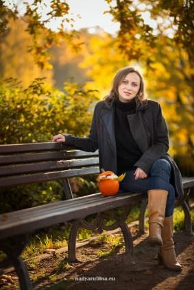 Женский портрет осенью в Риге в парке Национальной оперы. Фотограф Надя Рубина.