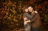 Влюблённая пара у осеннего леса. Фотограф в Риге осенью Надя Рубина.