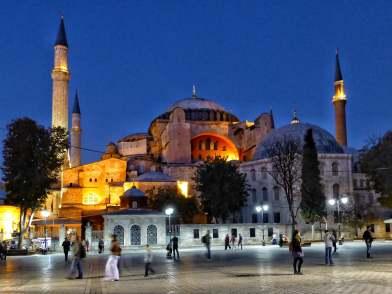 Im 6. Jahrhundert als Kirche errichtet, war die Hagia Sophia das letzte große Bauwerk der Spätantike. Später wurde sie eine Moschee und bekam die vier Minarette. Heute ist sie ein vielbesuchtes Museum und das Wahrzeichen Istanbuls.