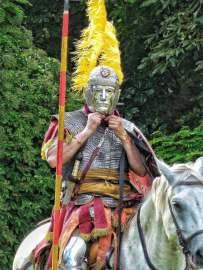Römischer Reiter mit Helm und Gesichtsmaske. Ob, wobei und warum solche Masken getragen wurden ist noch nicht klar. Experimente haben gezeigt, das Helme mit Gesichtsmaske durchaus kampftauglich sind. Vielleicht fand die Gesichtsmaske aber auch nur bei Paraden Verwendung.
