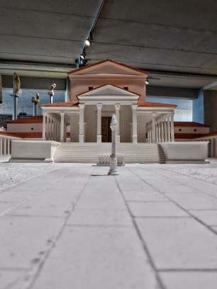 Die größte Tempelanlage in Nordgallien. Im Innenhof steht eine Jupitergigantensäule. Sie symbolisiert den Sieg des Guten über das Böse. Ein Modell steht im gallo-romanischen Museum.