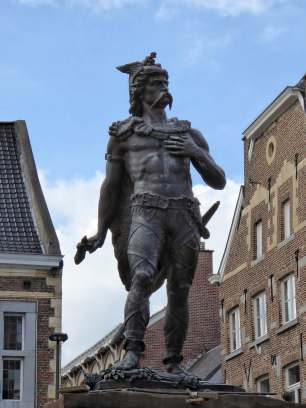 Nein, das ist nicht Asterix, aber vielleicht das Vorbild dafür. Ambiorix, König der Eburonen. Caesar nannte sie die tapfersten aller gallischen Stämme und besiegte sie dann vollständig.