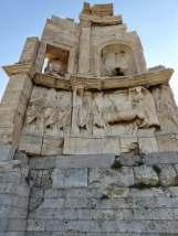 Zu Ehren von Gaius Iulius Antiochus Epiphanes Philopappus, römischer Senator und Wohltäter, errichteten die Athener dieses Grabmal. Es steht auf dem gleichnamigen Hügel südwestlich der Akropolis.