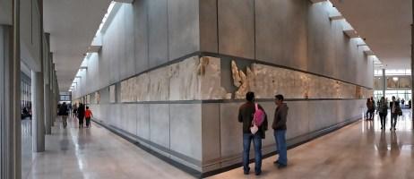 Im dritten Stock des Akropolis Museums wird der Fries des Parthenon in ganzer Länge und in der originalen Reihenfolge gezeigt. Er ist auf Innenwänden angebracht, die exakt die Maße und Ausrichtung wie das Parthenon haben.