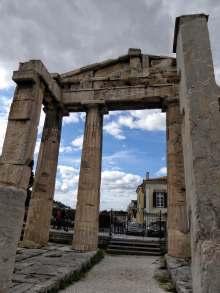 Das römisches Forum, der zentralen Markt- und Versammlungsort nördlich der Akropolis. In den Säulengängen des rechteckigen Platzes waren Geschäfte untergebracht. Der westliche Zugang zum Forum erfolgte durch dieses Tor. Kaiser Augustus ließ die Anlage östlich der griechischen Agora Athens am Fuße der Akropolis zwischen 19 und 11 v. Chr. erbauen. Während der Herrschaft Hadrians wurde sie erweitert.