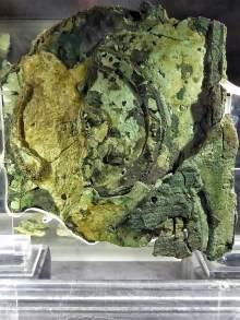 Ein Fragment des Mechanismus von Antikythera im Archäologischen Nationalmuseum Athen. Der Mechanismus ist eine komplexen Zahnrad-Apparatur aus Bronze mit 30 größeren und kleineren Zahnrädern.