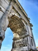 Der Triumphbogen des Titus am Eingang zum Forum Romanum im Herzen Roms.