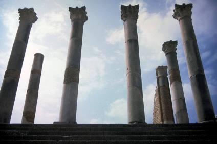 Reste imperialer Macht. Säulen des Kapitol in Volubilis, Marokko.