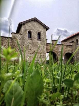 Die Porta Praetoria des Römerkastell Vetoniana (Pfünz). Wahrscheinlich hatten die Türme am Tor noch ein drittes Stockwerk.