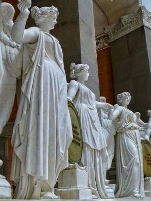 34 Siegesgöttinnen aus weißem Carrara-Marmor reichen sich die Hände zu einem feierlichen Reigen. Sie versinnbildlichen die 34 deutschen Staaten zur Zeit der Erbauung der Befreiungshalle. Die Victorien stützen 17 vergoldete Schilde aus der Bronze eingeschmolzener Geschütze.