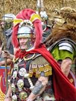 """Der Primus Pilus, ranghöchster von 60 Centurionen einer römischen Legion. Diese """"Hundertschaftsführer"""" stiegen immer aus dem Mannschaftsdienstgrad auf. Römerdarsteller der XV. Legion Apollinaris, diesmal aus Ungarn."""