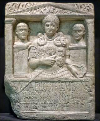 """Grabstein des Marcus Caelius, """"gefallen im Krieg des Varus"""". Nachbildungen des Grabsteins findet man in vielen Museen. Nur wenige andere Namen römischer Legionäre der drei vernichteten Legionen sind bekannt."""