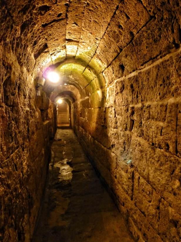 10 m unter der Erde liegen die Reste des römischen Abwasserkanals. Auf einer Länge von 150 m ist er begehbar. Im Mittelalter wurde er als Keller benutzt, im Zweiten Weltkrieg als Bunker.