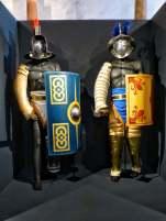Der Murmillo (links). Er trägt die Ausrüstung römischer Legionäre: Gladius und Scutum. Sein Gegner war der Thraex, dessen Waffen auf seinen thrakischen Ursprung hinweisen sollten.