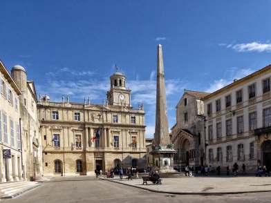 Der Obelisk vor dem Rathaus auf dem Place de la Republique in Arles: Einst fungierte er als Wendemarke auf der römischen Wagenrennbahn.