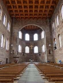 Die sogenannte Basilika - der Thronsaal Kaiser Konstantins - ist der größte Einzelraum, der aus der Antike überlebt hat. Das römische Gebäude war im Innenraum mit Marmor, Mosaiken und Statuen geschmückt und durch den Marmorfußboden heizbar.