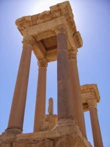 Das Tetrapylon markiert die Kreuzung der beiden wichtigsten Straßen Palmyras. Vier überdachte Nischen, die von 16 Säulen getragen werden. Früher befanden sich Statuen in den Nischen.