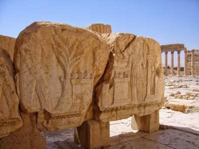 Steinblock vor dem Baal-Tempel. Er zeigt ein Teil der Reliefs, die den Tempel schmückten. Dargestellt werden unter anderem Götter und Karawanenszenen.
