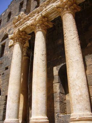 Korinthische Säulen des Bühnenhauses im römischen Theater von Bosra.