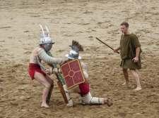 Sieht nicht gut aus für den Murmillo. Der Stich seines Gegners wäre wohl tödlich gewesen, während der Thraex wahrscheinlich mit einer Fleischwunde an der Schulter davon gekommen wäre.