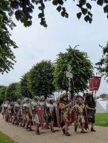 Etwa 80 bis 100 Mann bildeten eine Zenturie, die kleinste militärische Einheit einer Legion. Meist 8 Mann gehörten zu einer Contubernie (Zelt- bzw. Stubengemeinschaft).