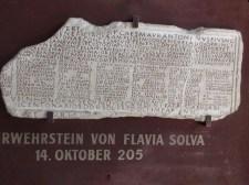 Nachbildung zweier Tafeln des Feuerwehrsteins von Flavia Solva aus dem Jahr 205.