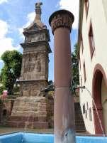 Das 23 Meter hohe Pfeilerdenkmal aus rotem Sandstein wurde um 250 von den Brüdern Lucius Secundinius Aventinus und Lucius Secundinius Securus für sich und ihre verstorbenen Angehörigen errichtet.