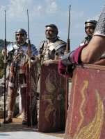 Römischer Soldat zu werden war eine attraktive Perspektive. Sie genossen einen hohen sozialen Status, bezogen regelmäßiges Einkommen und eine hohe Abfindung bei der ehrenhaften Entlassung. Nichtrömer dienten in den Hilfstruppen und konnten so das römische Bürgerrecht erwerben.