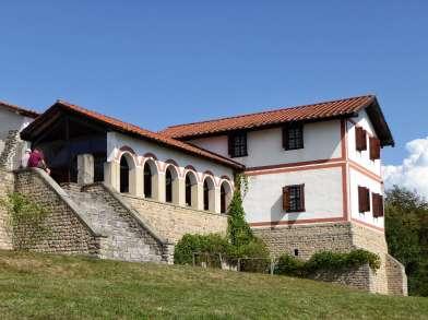 Als villa rustica bezeichnet man neuzeitlich ein römisches Landhaus. Es war Mittelpunkt eines landwirtschaftlichen Betriebs und bestand neben dem Hauptgebäude aus Wirtschafts- und Nebengebäuden, die meist innerhalb eines ummauerten Hofes standen.
