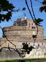 Die Engelsburg wurde ursprünglich als Mausoleum für den römischen Kaiser Hadrian (117–138 n. Chr.) und seine Nachfolger errichtet. Neben Hadrian sind hier auch die Kaiser Antoninus Pius, Lucius Verus, Mark Aurel, Commodus, Septimius Severus und Caracalla bestattet. Der Name des Mausoleum geht auf den Erzengels Michael zurück, der Papst Gregor I. erschienen sein soll und das Ende der Pest im Jahr 590 verkündete.