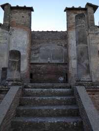 """""""Solche Lügen, Wirt, mögen dich teuer zu stehen kommen! Wasser verkaufst du und trinkst selbst reinen Wein."""" - Graffiti an einem Haus nahe dem Isis Tempel in Pompeji."""