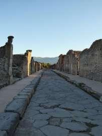"""""""Sextus Decimius Rufus, Soldat der 5. Prätorianerkohorte, aus Martialis Zenturie."""" - Graffiti an einem Haus an der Via delle Scuole in Pompeji."""