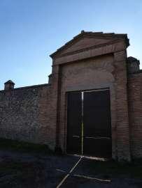 """""""Marcus Atillius hat hier Wache gehalten."""" - Graffiti im westlichen Säulengang der Palästra in Pompeji."""