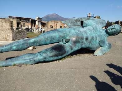 """""""Suche Falax und Fabius in der Decurie des Cotinus!"""" - Graffiti bei einem Tempel nahe des Forums in Pompeji."""