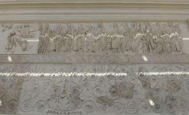 Das Relief zeigt die Familie des Augustus. An der Spitze Augustus selbst und wohl auch seine Ehefrau Livia. Leider ist das Prozessionsrelief am Anfang nur unvollständig erhalten. Später folgen Marcus Agrippa, mit seinem Sohn und seiner Frau Julia. Neben ihr Antonia die Jüngere mit ihrem Ehemann Drusus und ihrem damals zweijährigen Sohn Germanicus. Am Ende der Prozession sind Antonia die Ältere mit ihrem Ehemann Lucius Domitius Ahenobarbus und ihren Kindern zu sehen.